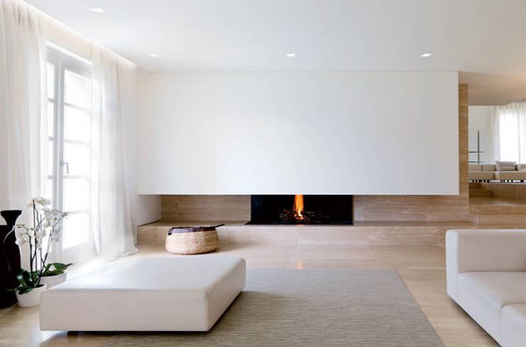 Residenza Privata -Soggiorno: Soggiorno in stile in stile Minimalista di Reggiani SPA Illuminazione