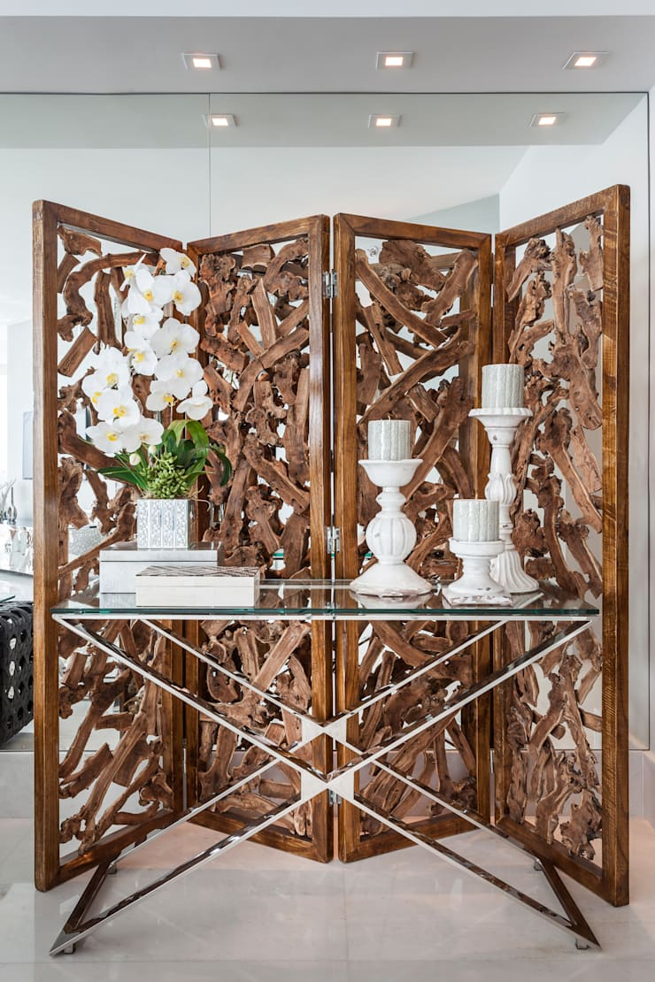 Biombo madeira Rustica: Salas de estar modernas por Regina Claudia p. Galletti
