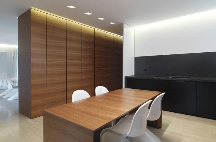 Residenza Privata - Studio: Studio in stile in stile Minimalista di Reggiani SPA Illuminazione