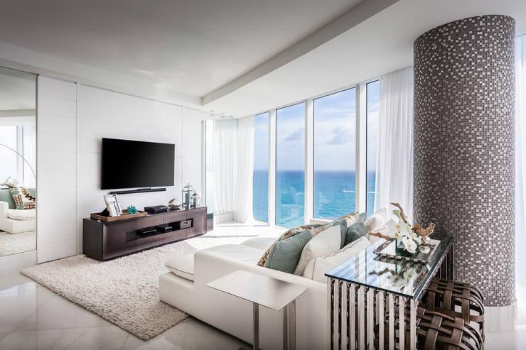 Sala de tv: Salas multimídia modernas por Regina Claudia p. Galletti