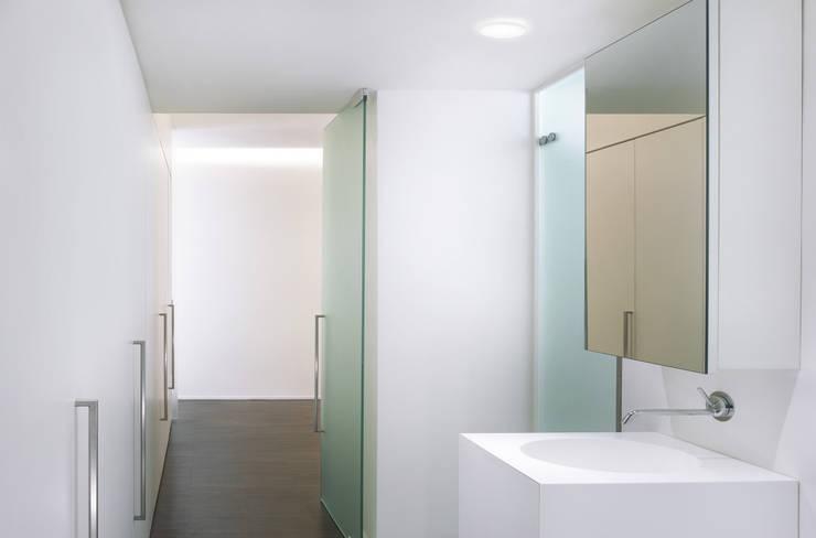 Residenza Privata - Bagno: Bagno in stile in stile Minimalista di Reggiani SPA Illuminazione