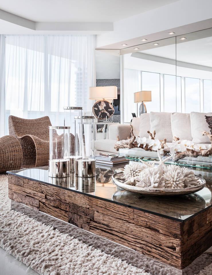 Mesa de centro madeira rústica: Salas de estar modernas por Regina Claudia p. Galletti