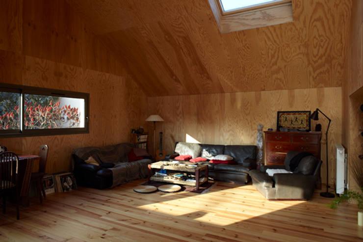J'habite à Drancy, extension d'une maison : Salon de style de style Moderne par Atelier d'Architectures Fabien Gantois