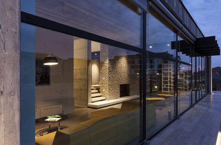 Residenza Privata - Soggiorno: Soggiorno in stile in stile Moderno di Reggiani SPA Illuminazione