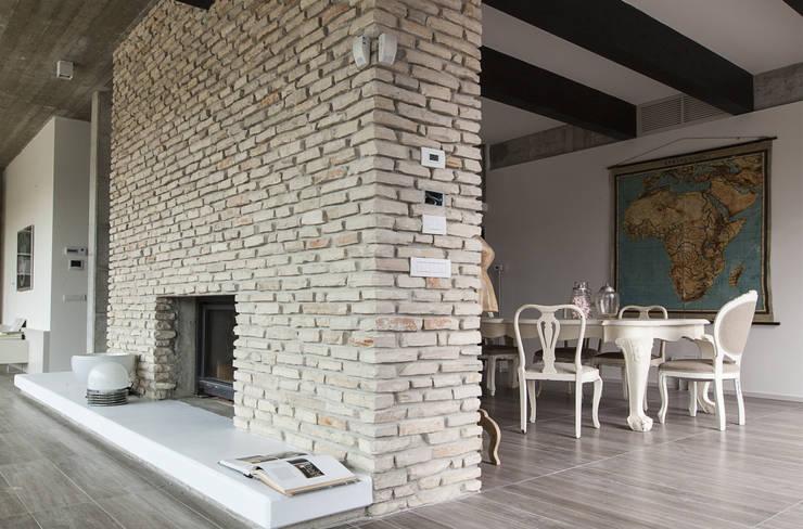 Residenza Privata - Soggiorno: Soggiorno in stile  di Reggiani SPA Illuminazione