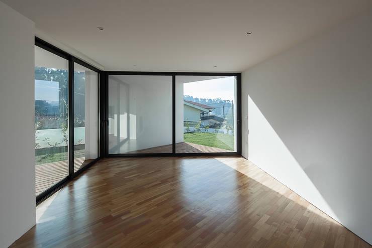 a: Salas de estar modernas por PEDROHENRIQUE|ARQUITETO