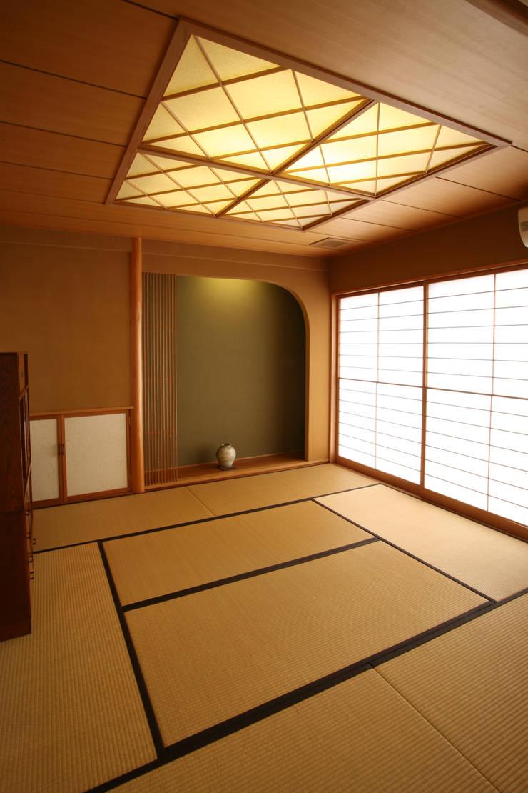 (和室・客間・あるいは茶の間): 吉田設計+アトリエアジュールが手掛けたリビングです。,