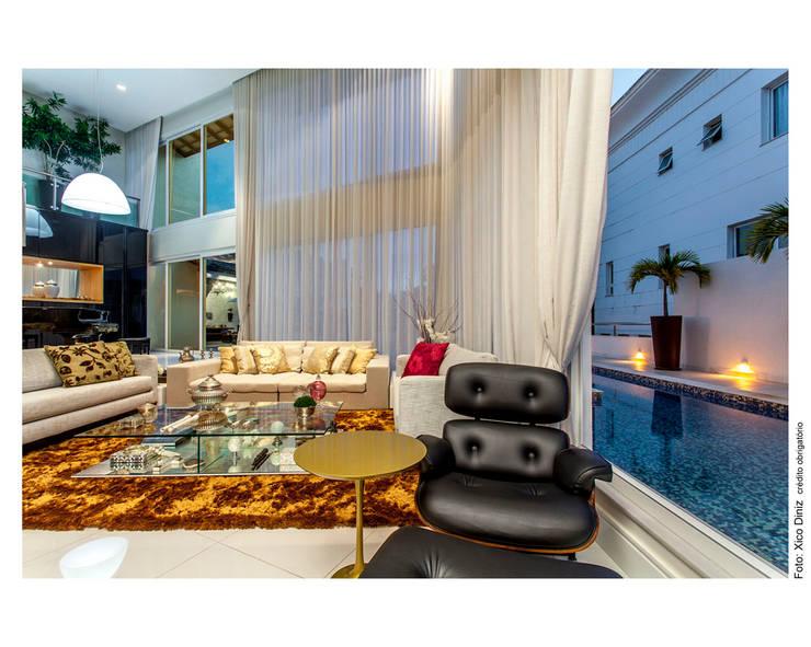 Piscina integrada a sala: Salas de estar  por Cristiane Pepe Arquitetura