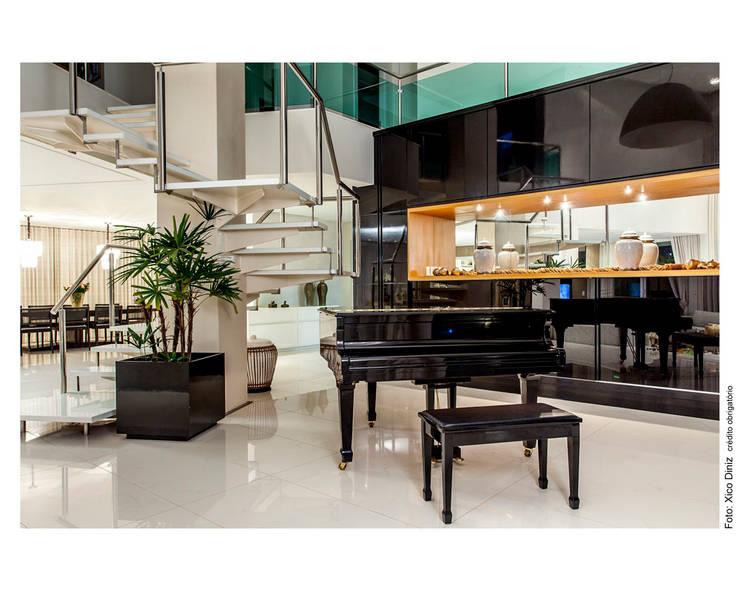 Piano preto: Salas de estar  por Cristiane Pepe Arquitetura