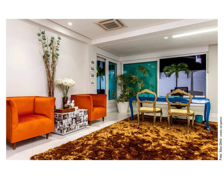 Cores fortes: Salas de estar  por Cristiane Pepe Arquitetura