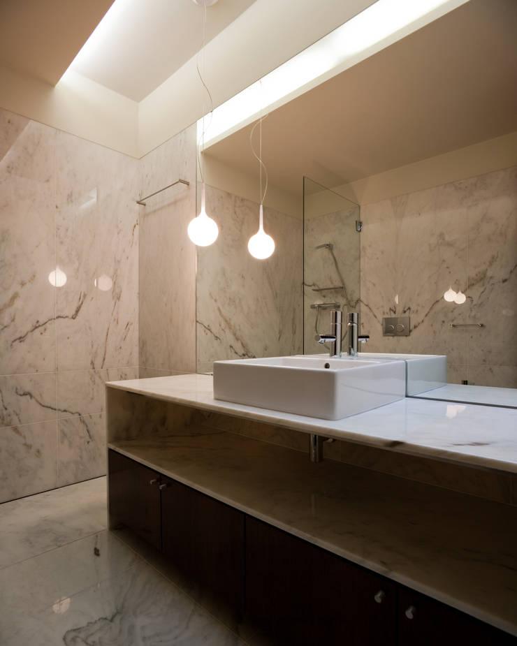Casa F+M: Casas de banho  por joão rapagão