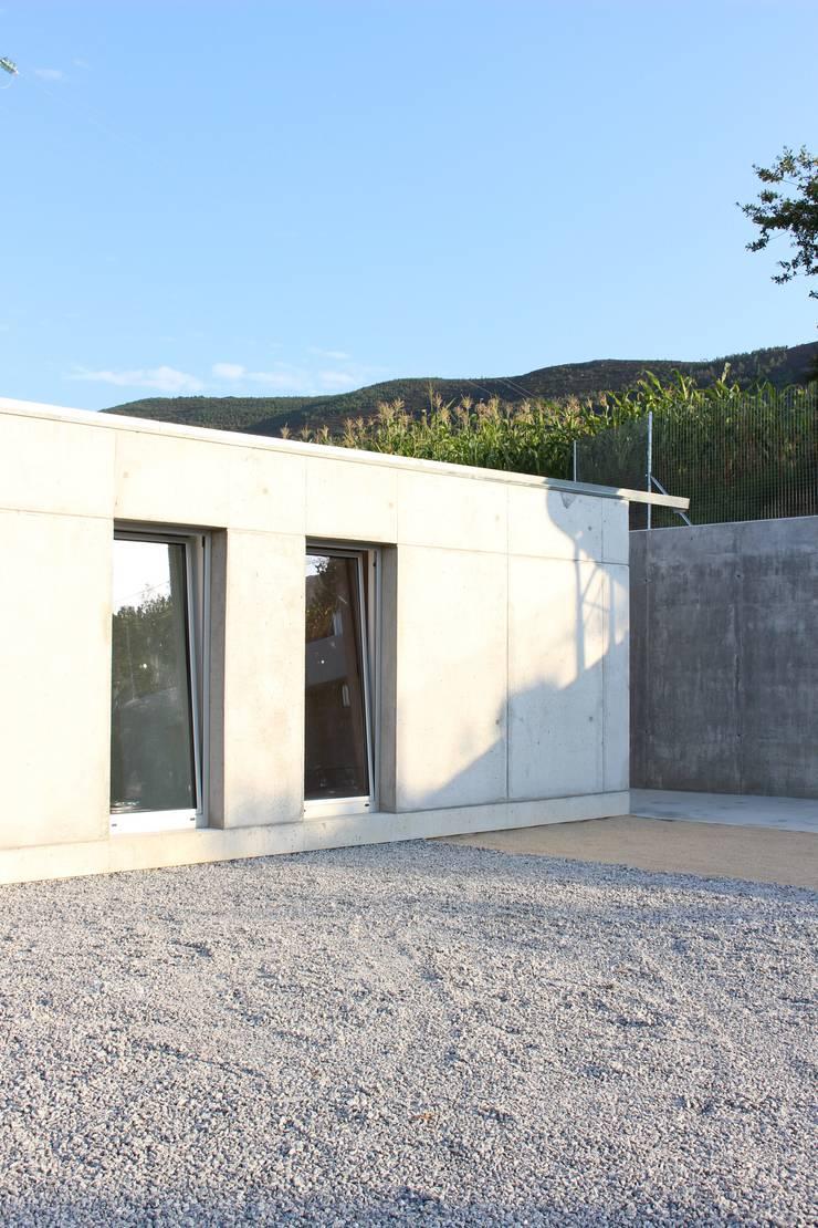 Casa P+F: Casas  por Artspazios, arquitectos e designers