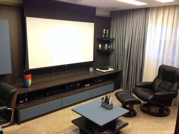 HOME THEATER: Salas de estar modernas por Débora de Oliveira Brayner - Arquitetura e Iluminação