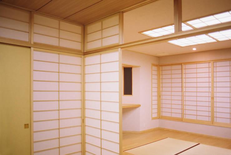 リビング (茶の間・客間): 吉田設計+アトリエアジュールが手掛けたリビングです。