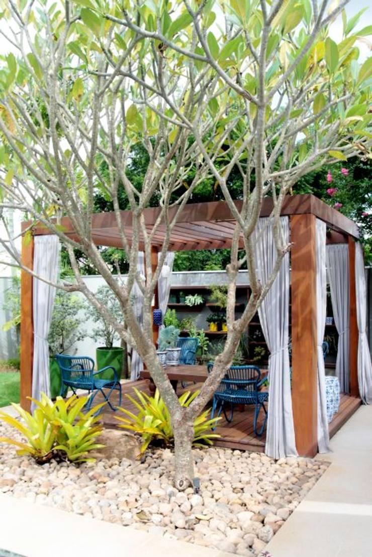 À sombra do pergolado, um convite!: Jardins  por RABAIOLI I FREITAS