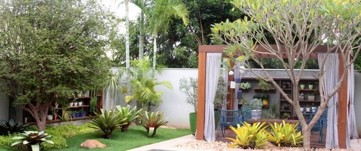 Detalhes do jardim exuberante: Jardins  por RABAIOLI I FREITAS
