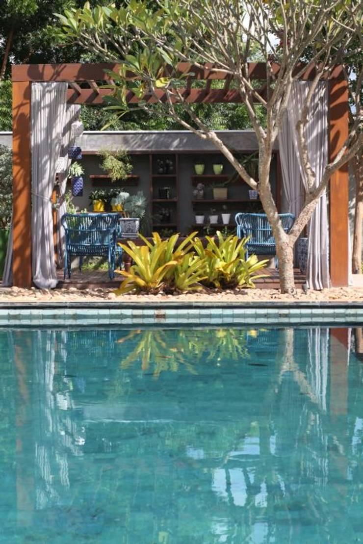 Detalhe da luz ao incidir na piscina: Piscinas  por RABAIOLI I FREITAS