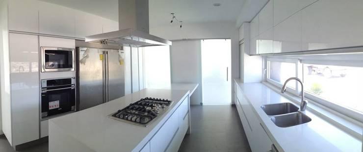 Cocina: Cocinas de estilo  por SANTIAGO PARDO ARQUITECTO