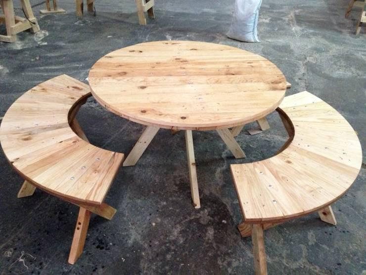 Mesas : Jardín de estilo  por d tarima