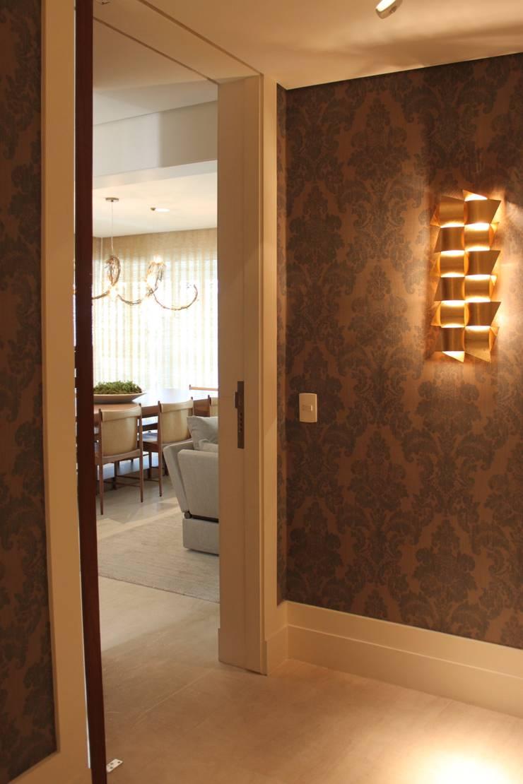 Detalhe Hall Apartamento São Paulo: Corredores e halls de entrada  por Vaiano e Rossetto Arquitetura e Interiores