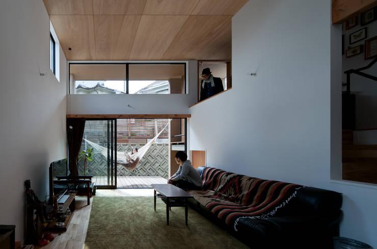 Salas / recibidores de estilo  por 藤森大作建築設計事務所