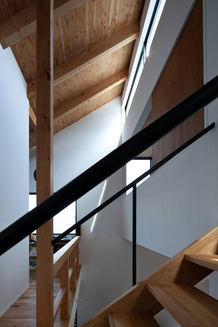 モグラハウス: 藤森大作建築設計事務所が手掛けた廊下 & 玄関です。