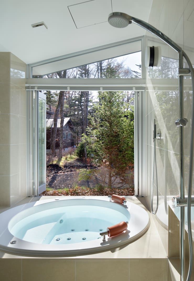 BATHROOM | 軽井沢の別荘建築 | 弧線上のVILLA: Mアーキテクツ|高級邸宅 豪邸 注文住宅 別荘建築 LUXURY HOUSES | M-architectsが手掛けた浴室です。