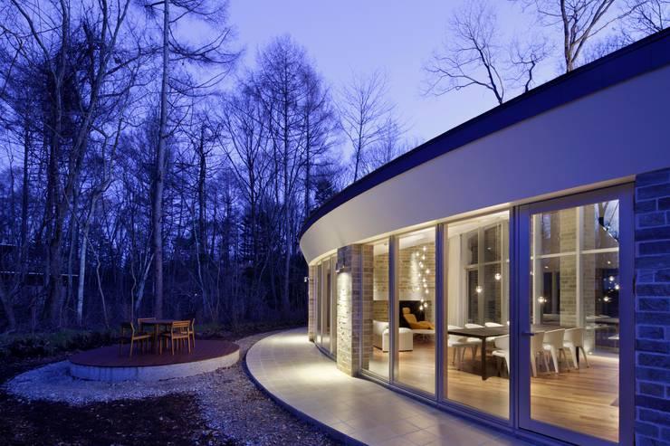 外観夜景 | 軽井沢の別荘建築 | 弧線上のVILLA: Mアーキテクツ|高級邸宅 豪邸 注文住宅 別荘建築 LUXURY HOUSES | M-architectsが手掛けた家です。