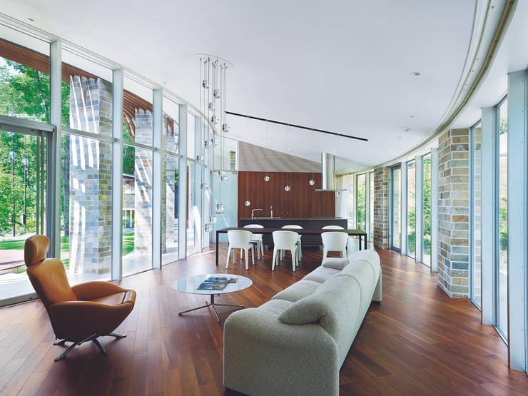 LDK | 軽井沢の別荘建築 | 弧線上のVILLA: Mアーキテクツ|高級邸宅 豪邸 注文住宅 別荘建築 LUXURY HOUSES | M-architectsが手掛けたリビングです。