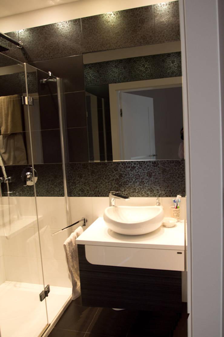 Łazienka biało czarna: styl , w kategorii Łazienka zaprojektowany przez studio bonito