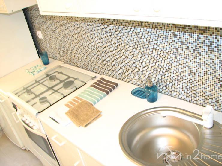Kuchnia z kolorową mozaiką: styl , w kategorii  zaprojektowany przez in2home