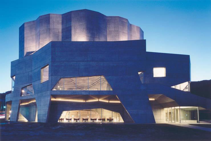 外観: 新居千秋都市建築設計が手掛けたテラス・ベランダです。,モダン