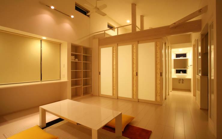 リビングルーム (ベッドコーナ ロフト付)夜: 吉田設計+アトリエアジュールが手掛けたリビングです。