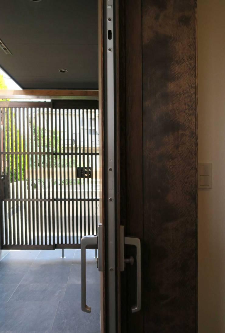 美しが丘西の家: (有)伊藤道代建築設計事務所が手掛けたテラス・ベランダです。