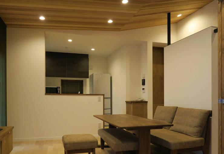 美しが丘西の家: (有)伊藤道代建築設計事務所が手掛けたダイニングです。