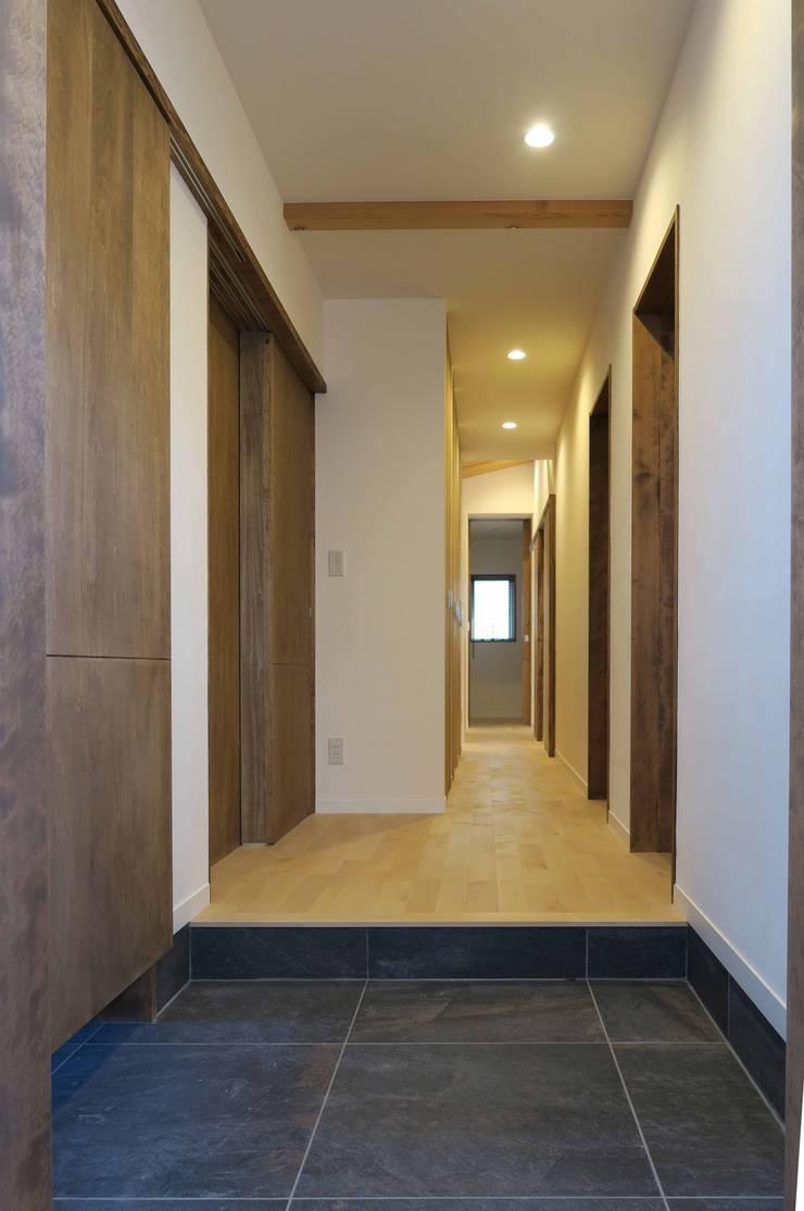 美しが丘西の家: (有)伊藤道代建築設計事務所が手掛けた廊下 & 玄関です。