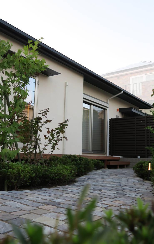 美しが丘西の家: (有)伊藤道代建築設計事務所が手掛けた庭です。