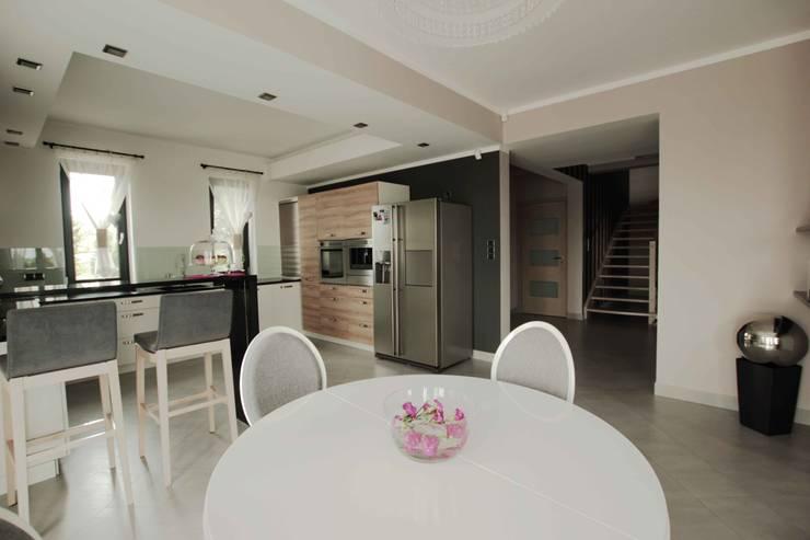 Dom: styl , w kategorii Jadalnia zaprojektowany przez FAJNY PROJEKT