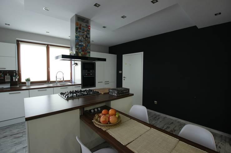 Kuchnia w matowym wykończeniu: styl , w kategorii Kuchnia zaprojektowany przez FAJNY PROJEKT