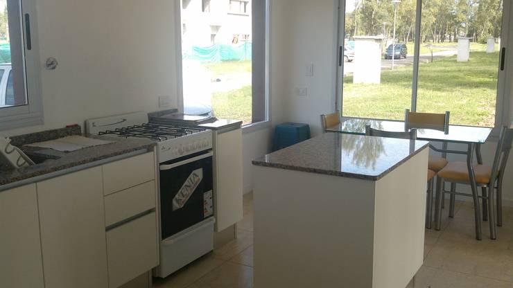 Housing Barrio Cerrado: Cocinas de estilo  por Grupo PZ
