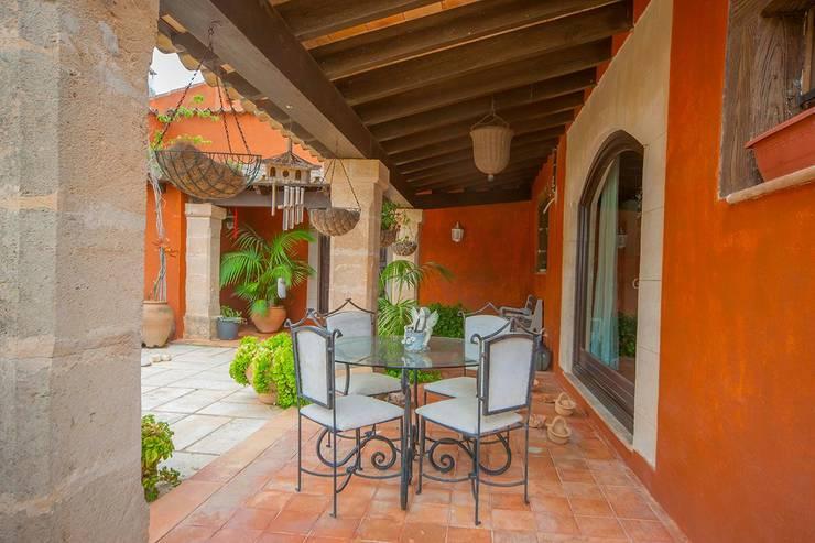 Villa S'Aranjassa: Balcones y terrazas de estilo  de Lola