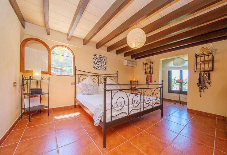 Dormitorios de estilo  por Dolores Boix