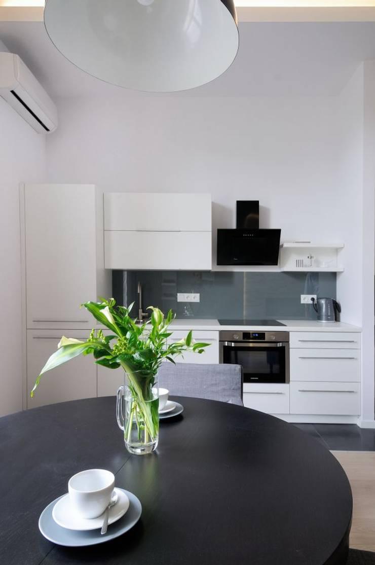 Apartament do wynajęcia w Krakowie : styl , w kategorii Kuchnia zaprojektowany przez ARTEMA  PRACOWANIA ARCHITEKTURY  WNĘTRZ ,Nowoczesny