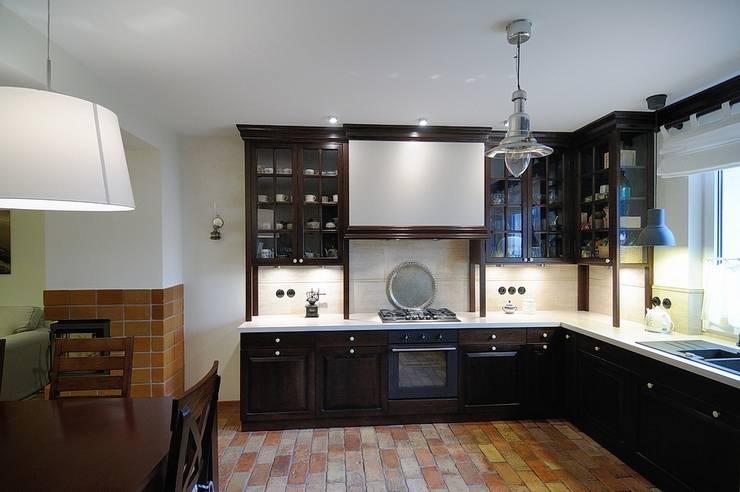 Kuchnia koło Warszawy : styl , w kategorii Kuchnia zaprojektowany przez ARTEMA  PRACOWANIA ARCHITEKTURY  WNĘTRZ ,Rustykalny Cegły
