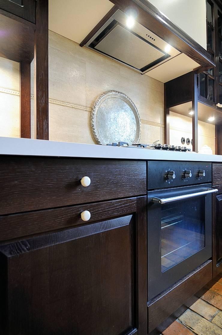 Kuchnia koło Warszawy : styl , w kategorii Kuchnia zaprojektowany przez ARTEMA  PRACOWANIA ARCHITEKTURY  WNĘTRZ ,Rustykalny Drewno O efekcie drewna