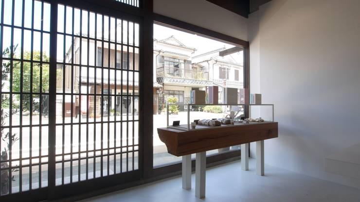 土蔵つくりの町並みへのアプローチ.: 宮城雅子建築設計事務所 miyagi masako architect design office , kodomocafe が手掛けたオフィススペース&店です。,