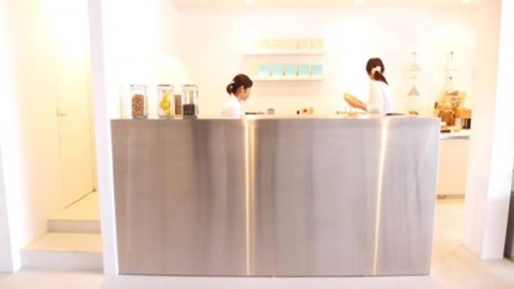 作業スペースはステンレスのBOX.: 宮城雅子建築設計事務所 miyagi masako architect design office , kodomocafe が手掛けたオフィススペース&店です。,