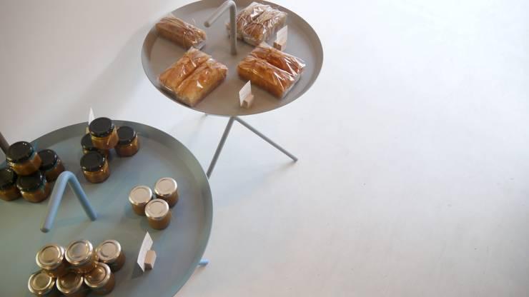 HEYのサイドテーブル.: 宮城雅子建築設計事務所 miyagi masako architect design office , kodomocafe が手掛けたオフィススペース&店です。,