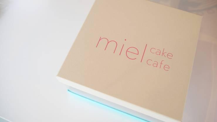 mielのためのパッケージデザイン.: 宮城雅子建築設計事務所 miyagi masako architect design office , kodomocafe が手掛けたオフィススペース&店です。,