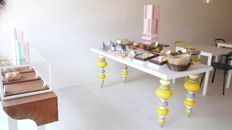 miel オリジナルテーブル.: 宮城雅子建築設計事務所 miyagi masako architect design office , kodomocafe が手掛けたオフィススペース&店です。,